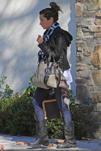 Nov 28, 2010 - Ashley Tisdale - Leaving Her Home Th_77652_tduid1721_Forum.anhmjn.com_20101130073522003_122_572lo
