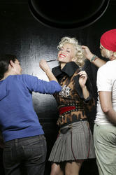 http://img268.imagevenue.com/loc584/th_667777150_gwenstefani_whb_004_122_584lo.jpg